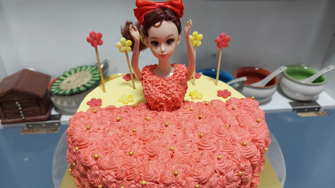 Read more about the article सुंदर सिटिंग डॉल केक बनवा सेमी फॉन्डन्ट डेकोरेशन सह !