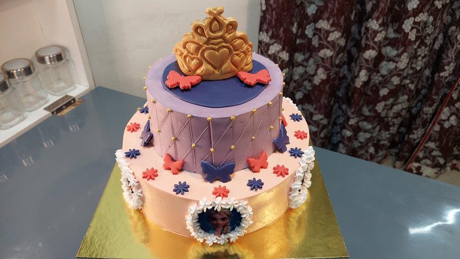 Read more about the article जंबो ब्लॅक फॉरेस्ट केक – फ्रोझन प्रिन्सेस एल्सा ऍना थीम टू टायर केक