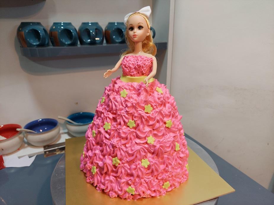 Read more about the article अगदी सोपा डॉल केक – बार्बी डॉल केक व्हाईट चॉकलेट केक मध्ये