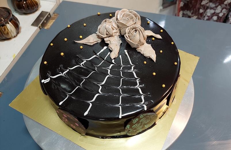 Read more about the article सोपा चॉकलेट गनाश केक बनवा रोझ डेकोरेशन करून !